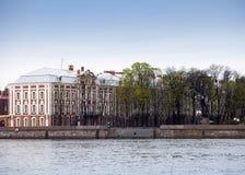 Russland St Petersburg Ein Gebäude der staatlichen Universität (Gebäude von zwölf Brettern) auf Neva Embankment Lizenzfreies Stockbild