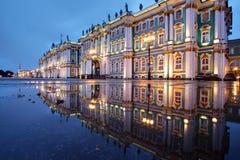 Russland, St Petersburg, Einsiedlereigebäude reflektierte sich im Wasser, lizenzfreie stockfotos
