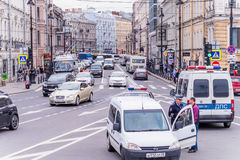 Russland, St Petersburg, im August 2016 Quadratischer Aufruhr, Autos, Streifendienst lizenzfreie stockfotos