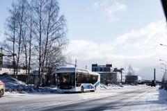Russland, St Petersburg, im Februar 2019: elektrischer Bus auf den Straßen von Volga-Bus stockfotos