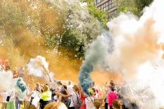 Russland, St Petersburg, im Juli 2016: Feier in der Park-Großmutter, farbiger Rauch Lizenzfreie Stockfotos