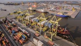 Russland, St Petersburg, im Mai 2017 - Containerschiff, das in Hafen entlädt Stockfotos