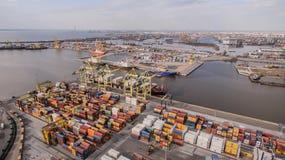 Russland, St Petersburg, im Mai 2017 - Containerschiff, das in Hafen entlädt Stockfoto