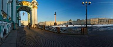 Russland, St Petersburg, am 1. März 2016: Palast-Quadrat im Winter Lizenzfreie Stockfotos