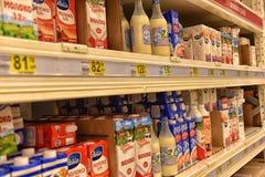 Russland, St Petersburg, 15,08,2017 Milchprodukte auf den Regalen lizenzfreie stockfotografie