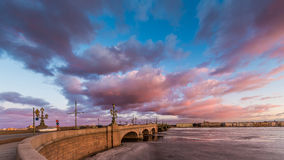 Russland, St Petersburg, am 19. März 2016: Rosa Wolken über der Troitsky-Brücke Stockbilder