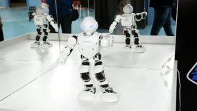 Russland, St Petersburg, am 8. November 2018 - Ausstellungsstadt von Roboter Humanoid, Tanzen stock video footage