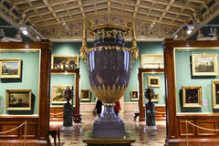 Russland, St Petersburg, am 10. Oktober 2016: Alter Vase im Erbmuseum, Sankt Petersburg, Russland Lizenzfreie Stockfotografie