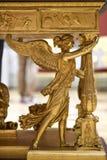 Russland, St Petersburg, am 10. Oktober 2016: Goldengel als Bein einer Tabelle im Erbmuseum, Sankt Petersburg, Russland Lizenzfreie Stockbilder
