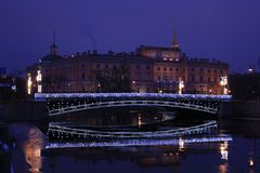 Russland, St Petersburg, Panteleymonov-Brücke und Mikhailovsky-Schloss Lizenzfreie Stockfotografie