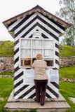 Russland, St Petersburg, Priozersk, im August 2016: Eine Frau steht das Kartenschalter Korela-Festungs-Museum bereit stockfoto