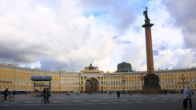 Russland, St Petersburg, 06 02 2017 Zeit-Schöße Palast-Quadrat und Alexander Column, viele Leute im Quadrat stock footage