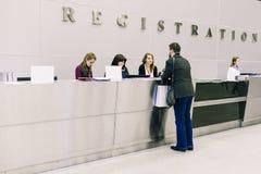 Russland, Stadt Moskau - 18. Dezember 2017: Der Mann an der Rezeption oder am Hotel, am Büro oder am Flughafen Mädchen begrüß lizenzfreie stockfotos