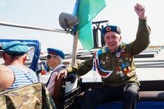 Russland, Stadt von Magnitogorsk, - August, 2, 2015 Ein Fallschirmjäger, ein Soldat des zweiten Weltkriegs, sitzt auf der Rücksei lizenzfreie stockfotos