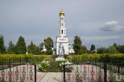 Russland, Tver-Region - August, 28, 2025: Gefallene Soldaten des Monuments vor Tempelkomplex im Dorf Zavidovo Lizenzfreie Stockfotografie