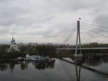 Russland Tyumen Der Tura-Fluss Die Brücke der Liebe rs Lizenzfreie Stockbilder