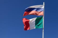 Russland-und Italien-Markierungsfahnen Stockfotos