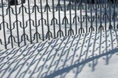 Russland, UralJanuary, Temperatur -33C Alte Backsteinmauer Reflexion von Schatten auf t Lizenzfreie Stockfotografie