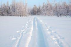 Russland, UralJanuary, Temperatur -33C Bahn von den breiten Skis Lizenzfreies Stockfoto