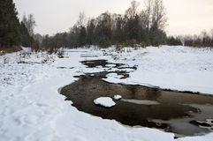 Russland, UralJanuary, Temperatur -33C Eis-Fluss Wasserströme im Winter Lizenzfreie Stockfotografie