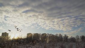 Russland, UralJanuary, Temperatur -33C gefrorene Gebäude auf Sonnenuntergang stock video footage