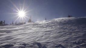 Russland, UralJanuary, Temperatur -33C Kalter Tag, wenn der Schnee in der Sonne glänzt stock footage