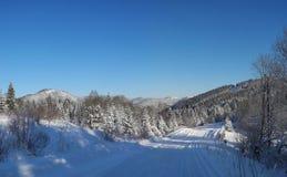 Russland, UralJanuary, Temperatur -33C Landstraße bedeckt mit frischem Schnee Tysovets Lizenzfreies Stockbild