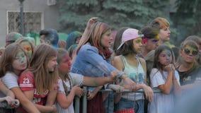 RUSSLAND, URYUPINSK - 29. JUNI 2018: Menge von Leuten färbte Pulver und Habenspaß Färben Sie das Pulver, das Partei an der im Fre stock footage