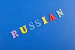 Russland-Wort auf dem blauen Hintergrund verfasst von den hölzernen Buchstaben des bunten ABC-Alphabetblockes, Kopienraum für Anz Stockfotos