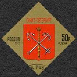 RUSSLAND - 2012: zeigt Wappen von StPetersburg, Russische Föderation lizenzfreies stockbild