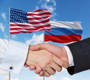 Russo e aperto de mão dos EUA Imagens de Stock Royalty Free