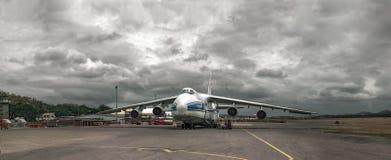 Russo pesado Ruslan do avião de carga na manutenção antes da partida no aeroporto em Port Moresby (Papuásia-Nova Guiné) Imagens de Stock