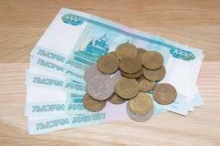 Russo 1000 rubli con le monete Fotografia Stock Libera da Diritti