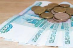 Russo 1000 rublos com moedas Imagem de Stock Royalty Free