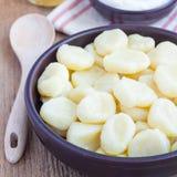 Russo tradicional, requeijão ucraniano & x22; lazy& x22; as bolinhas de massa serviram com iogurte e mel, quadrado Fotos de Stock