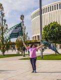 Russsia, Krasnodar, el 30 de septiembre de 2018: una mujer con un club del fútbol de bandera fotografía de archivo libre de regalías
