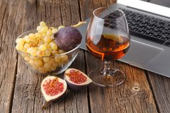 Rust in de avond na het werk een glas cognac met fruit dichtbij royalty-vrije stock fotografie
