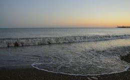 Rust de de zomerbergen schommelen van het de aardmeer van de wolkenzon van de de zonsopgangmening van het overzeese van de de sch Royalty-vrije Stock Fotografie