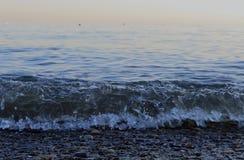 Rust de de zomerbergen schommelen van het de aardmeer van de wolkenzon van de de zonsopgangmening van het overzeese van de de sch Royalty-vrije Stock Afbeelding