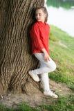 Rust en vreedzaam Het levenssaldo Vreedzame stemming Goede slechts vibes Het meisje weinig leuk kind geniet van vrede en kalmte b royalty-vrije stock afbeelding