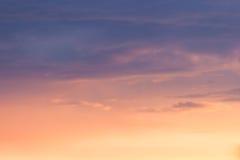 Rust gekleurde wolken bij zonsondergang Royalty-vrije Stock Fotografie