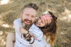 Rust het glimlachende paar van de Indiestijl, vrouw die de mens omhelzen, hipster uit, elegante boho stock fotografie