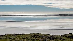 Rust, het gloeien ochtendlicht over een Ijslandse fjord Stock Afbeelding