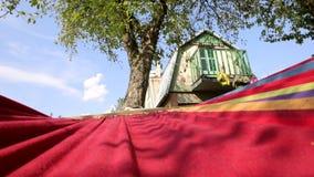 Rust op een hangmat, het schommelen, mening van de hemel stock video