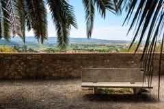 Rust op een heuvel in de oude stad van Suvereto die het Toscaanse platteland, Italië overzien stock foto's