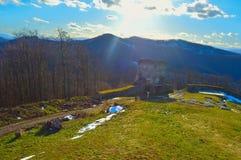 Rust streek over de heuvel met zonnestraal stock foto's