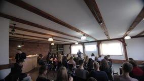 Rust, Wit-Rusland - MEI 9, 2018: Achtermening van het publiek op handelsconferentie Het grote scherm presentatie stock footage