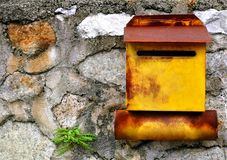 Rust yellow mailbox Royalty Free Stock Photos