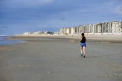 rustande kvinna för strand Arkivbilder