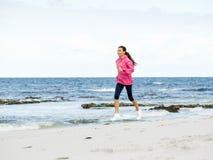 rustande kvinnabarn för strand royaltyfri fotografi